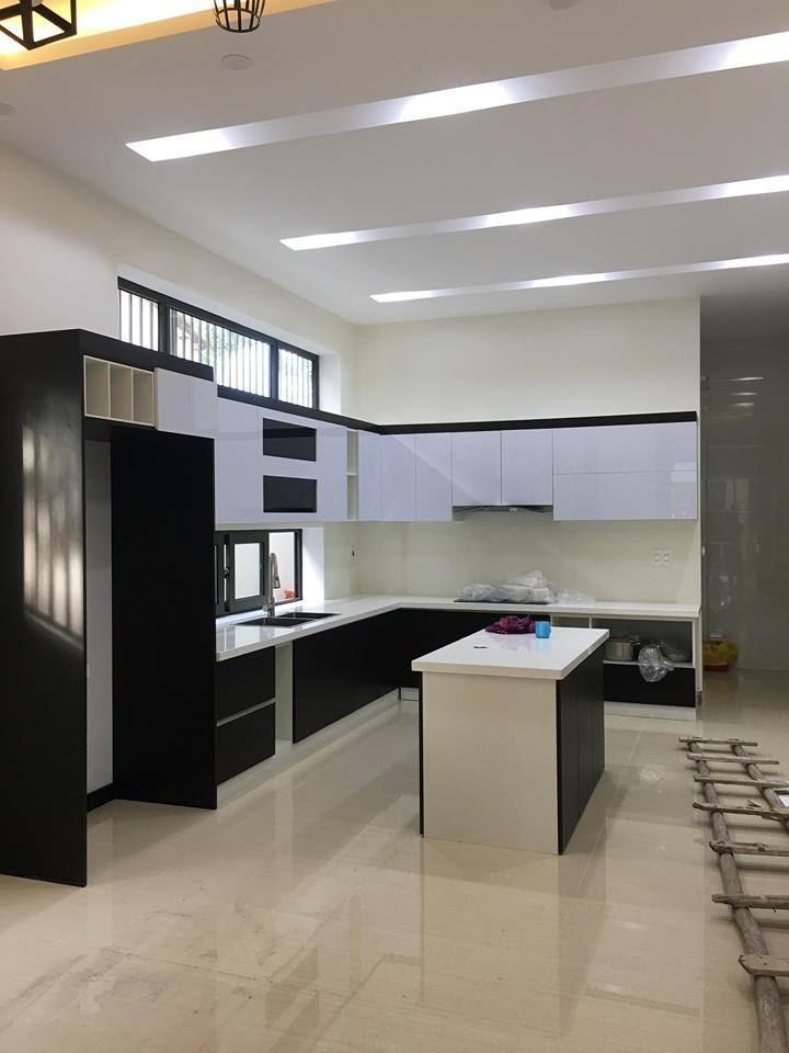Tủ bếp gỗ công nghiệp MDF chống ẩm , bề mặt phủ Acrylic toát lên vẻ hiện đại sang trọng cho phòng bếp